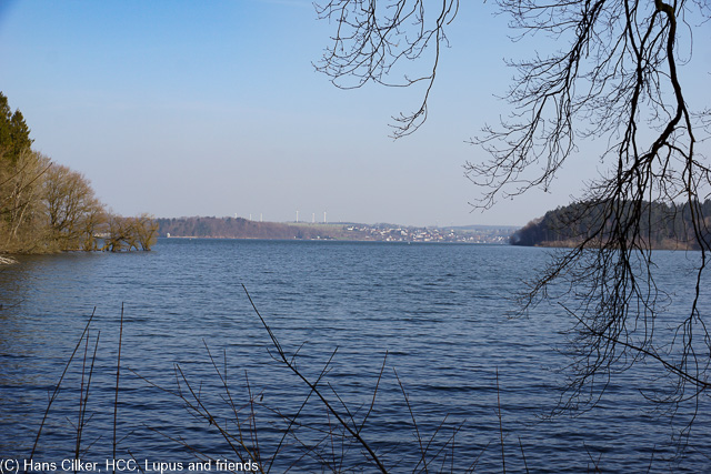 Bewi knallend Blau geht es vom Torhaus über den Randweg zur Staumauer, über Deleke und durch das Naturschutzgebiet zurück.