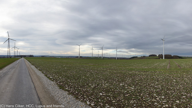 vom Sportplatz zu den Windrädern