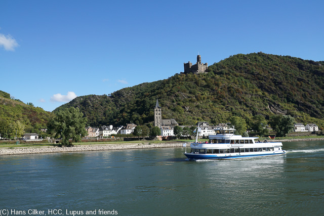 Mit dem Schiff geht es von Boppard über den Rhein nach Rüdesheim, einfach herrlich wenn aus etwas kalt.